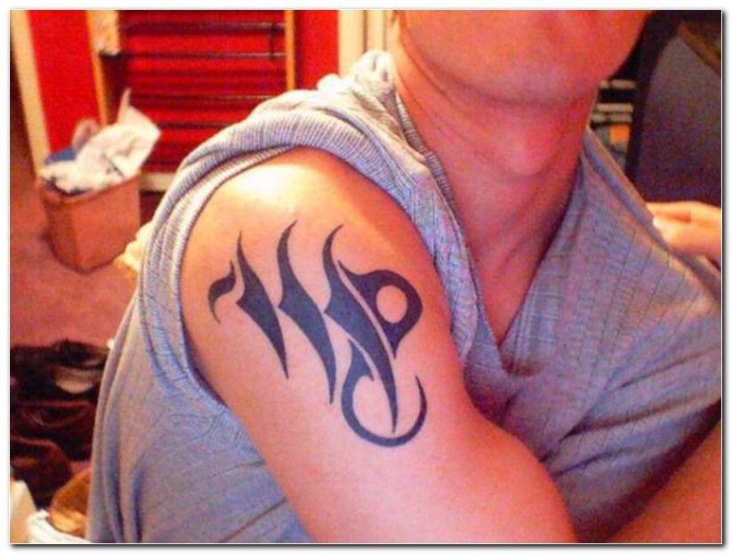 Signo de virgem no desenho da tatuagem no ombro